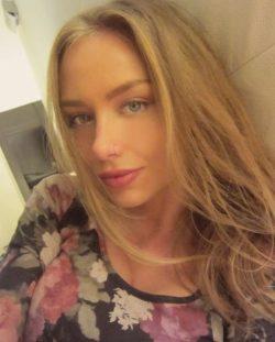 Девушка ищет мужчину в Тольятти для интим досуга